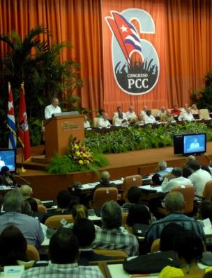 Colaboradores cubanos en Venezuela atentos al Sexto Congreso del Partido